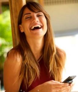 mujer-riendo-con-el-movil