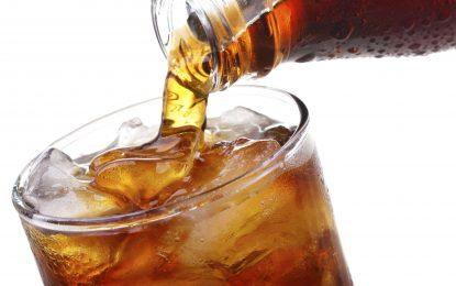 El peligro de beber dos o más bebidas dietéticas al día