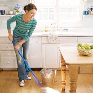 mujer-limpiando-casa