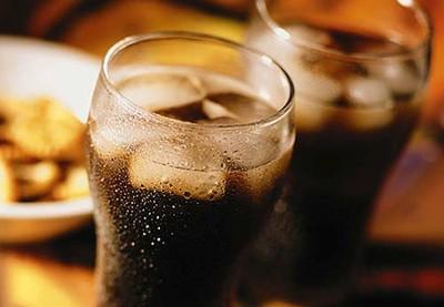 ¿Puede el gas en las bebidas estar contribuyendo a que ganes peso?