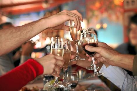 Costarricenses consumen menos licor