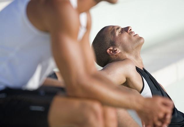 """9 consejos para """"bajar"""" y dormir bien después de entrenar a la noche"""