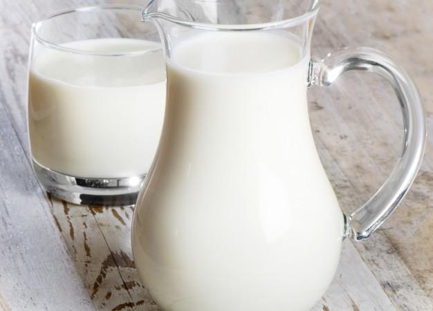 ¿Realmente beber leche hace más fuertes los huesos?