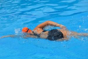 Mónica Castañeda en un entrenamiento de natación.