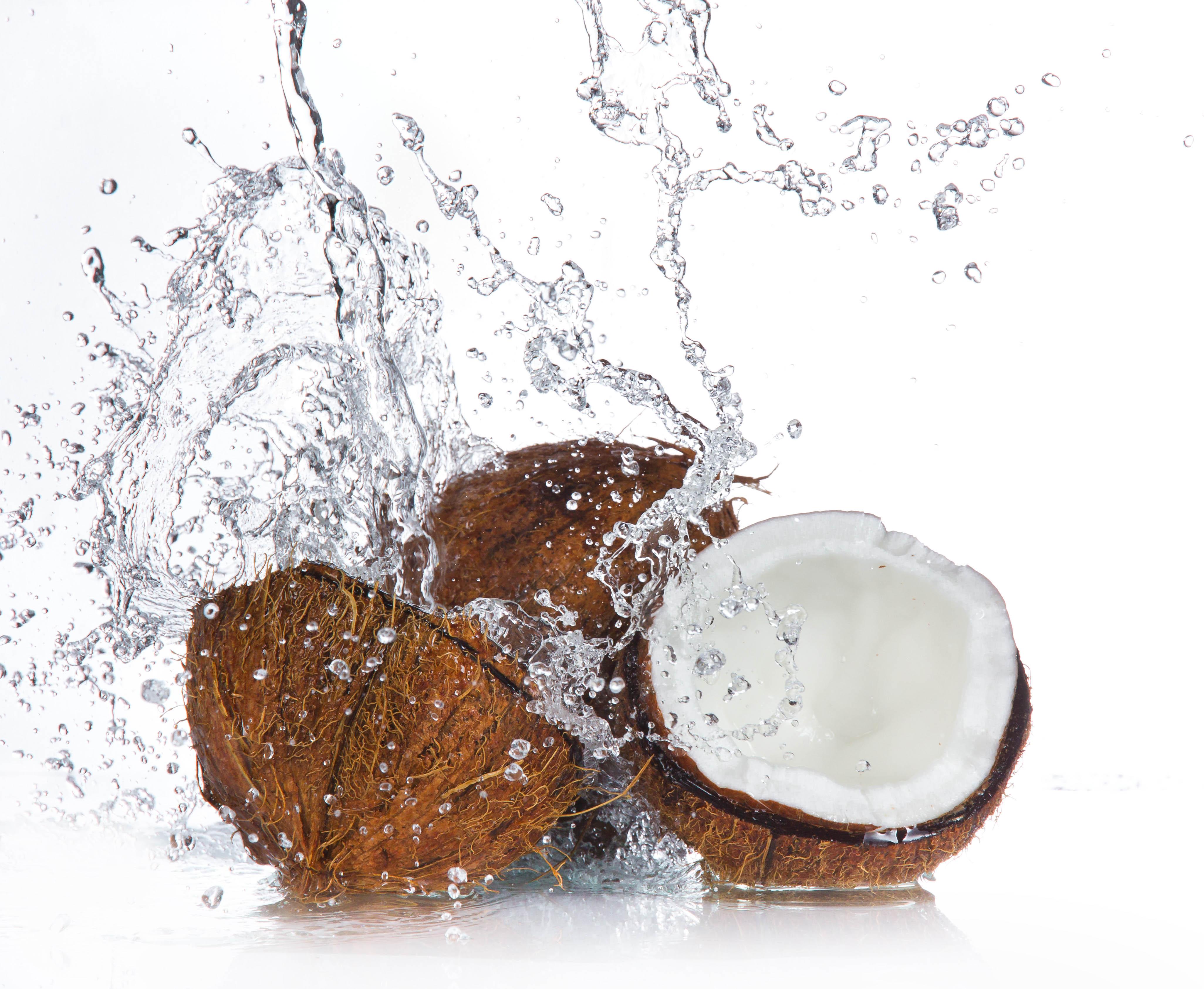 Seis beneficios de tomar agua de coco