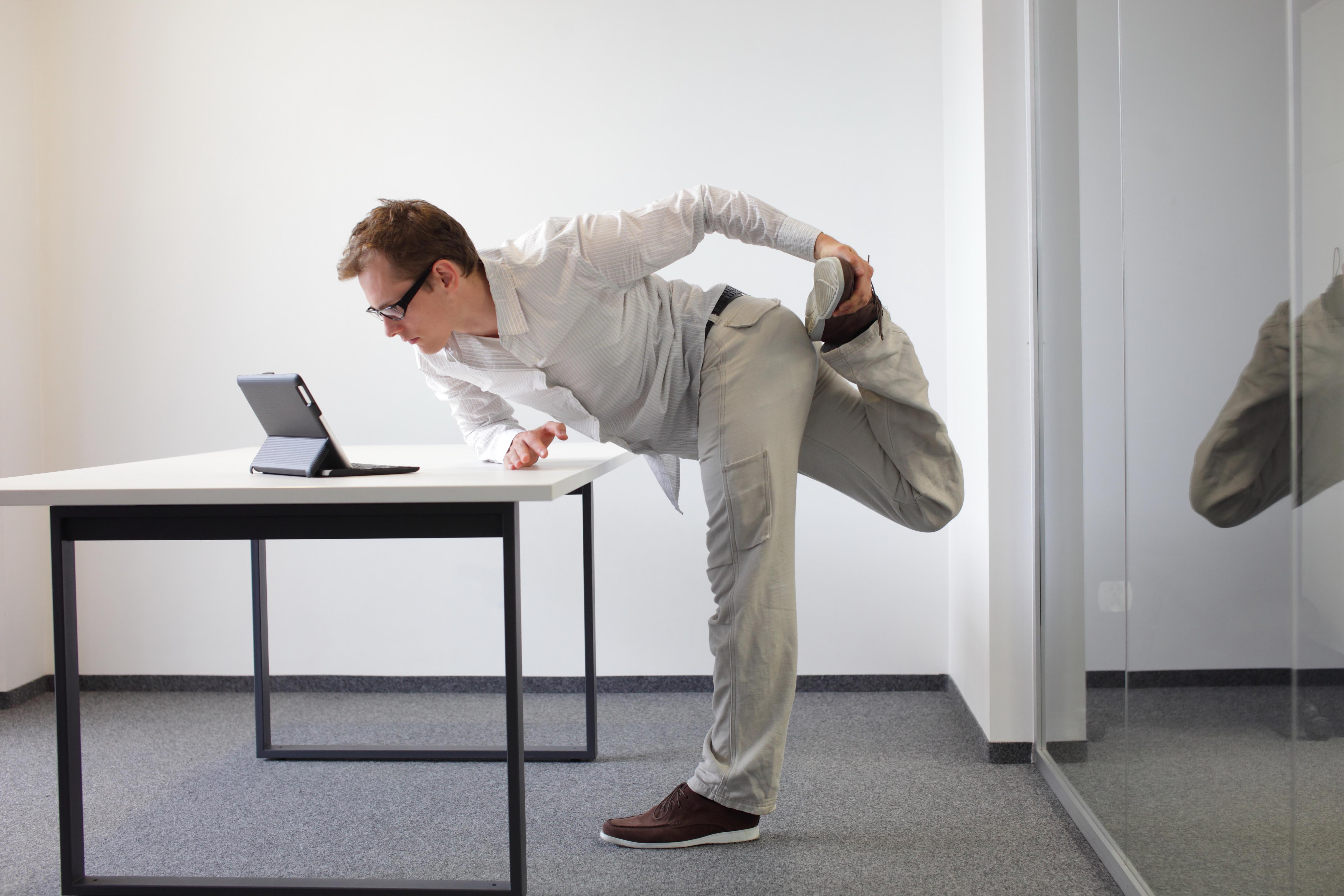 Tres ejercicios para contrarrestar el danõ de pasar sentado en el trabajo