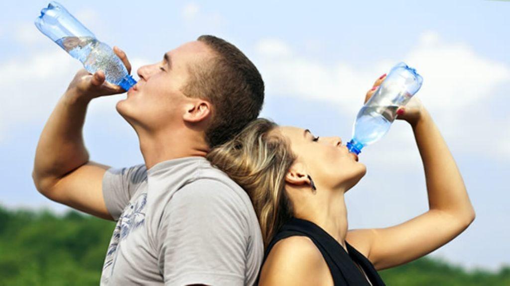 Seis señales de que su cuerpo le pide más agua (aunque no tenga sed)