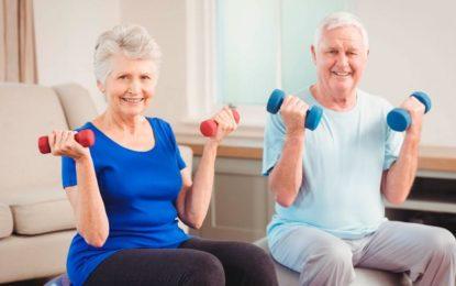 ¿Qué beneficios específicos puede traer la actividad física en adultos mayores?