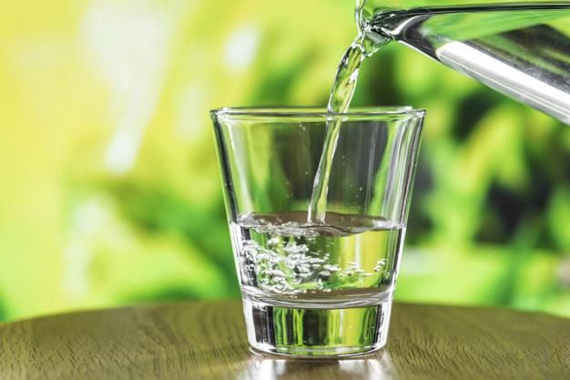 ¿Cuánta agua realmente es recomendable beber cada día?