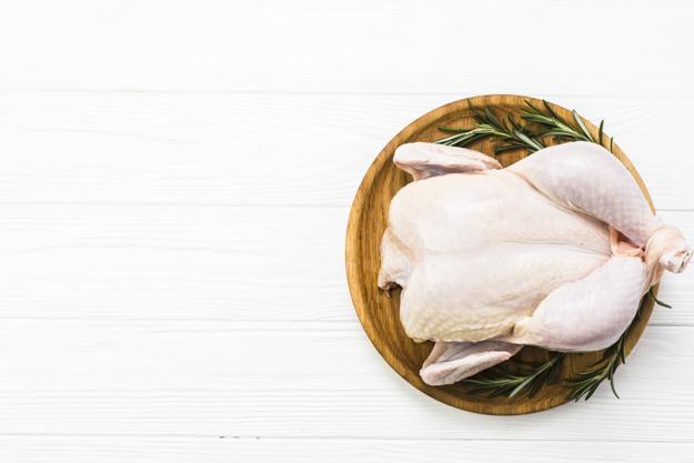 ¿Lavar o no lavar el pollo crudo?