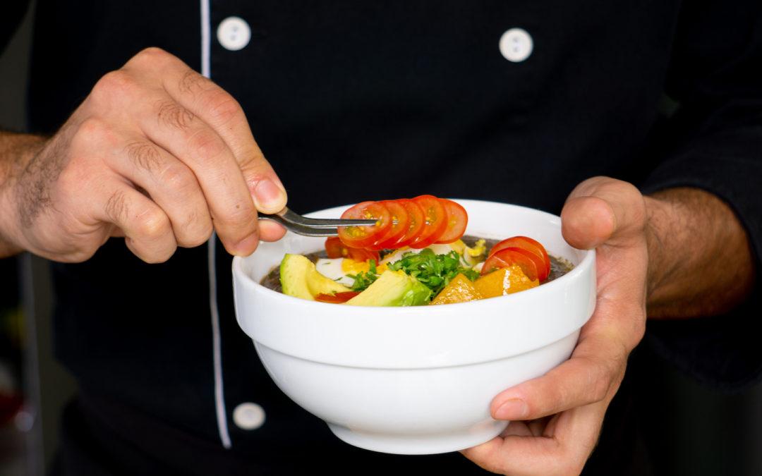 Sopa negra: ¿qué agregarle a este platillo para obtener mayores beneficios nutricionales?